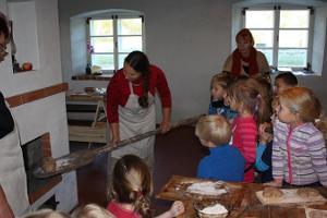 Brotbacken im Mühlenmuseum von Hellenurme