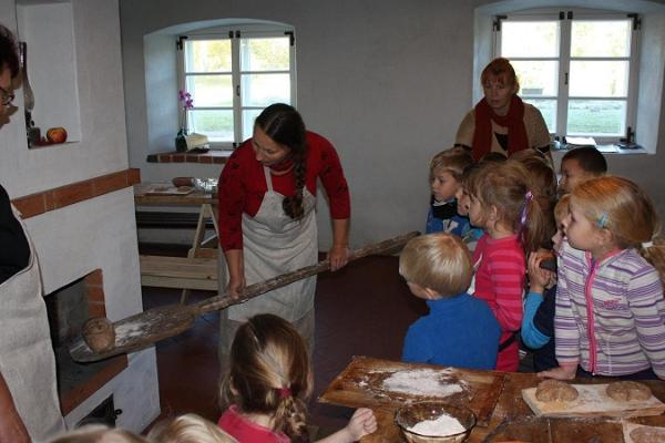 Leiva küpsetamine Hellenurme Veskimuuseumis