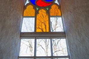 Puhjan kirkon ikkunan lasimaalaus