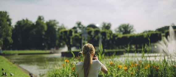 Naine pildistab rohelust Kadrioru pargis