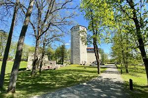 Развалины Пайдеской оборонительной башни Валлиторн и орденского городища на Валлимяэ