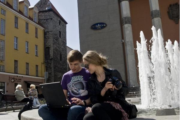 Inimesed istuvad, vaatavad arvutit