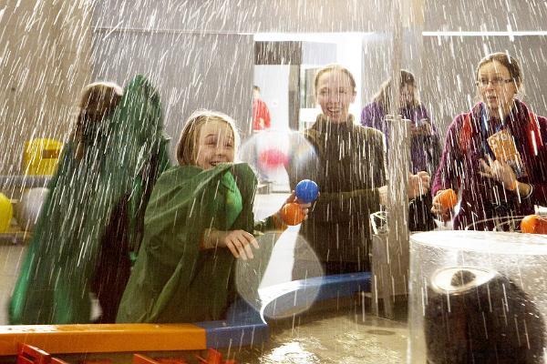 Perhelomapaketti majoituksella mukavassa Tartossa - Tiedekeskus AHHAASSA vedellä leikkivät ihmiset