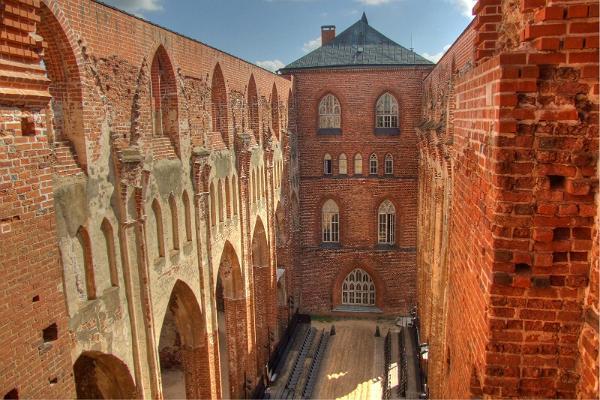 Egenhands biltur från Lahemaa till Tartu genom Sibulatee (Lökvägen): ruinerna av Tartus Domkyrka