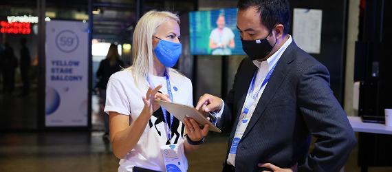 Maskidega inimesed vestlevad rahvusvahelisel konverentsil