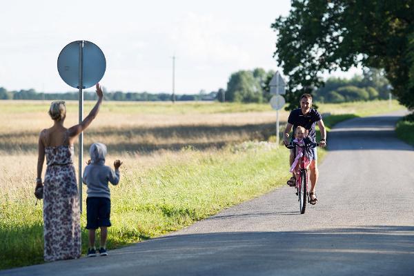 Perekond jalgratastega sõitmas