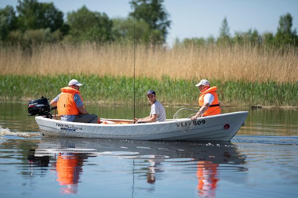 Fishing Village tarjoaa kalastusta, veneen ja varusteiden vuokrausta Pärnunlahdella