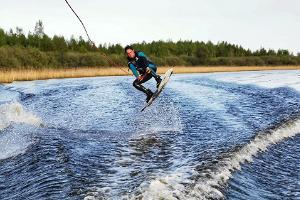 Vesilautailua veneen perässä - runsaasti adrenaliinia sisältävä elämys