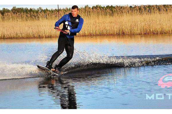 An adrenaline-filled experience, wakesurfing