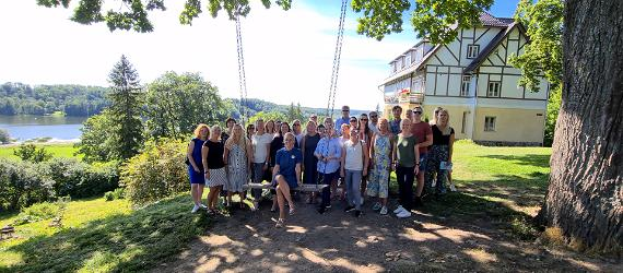 Turismiarenduskeskuse meeskond suvel Viljandi järve ääres