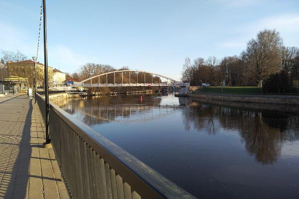 Utsikt över bågbron på en solig morgon