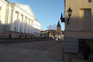Tarton yliopiston päärakennus nousevan auringon valossa