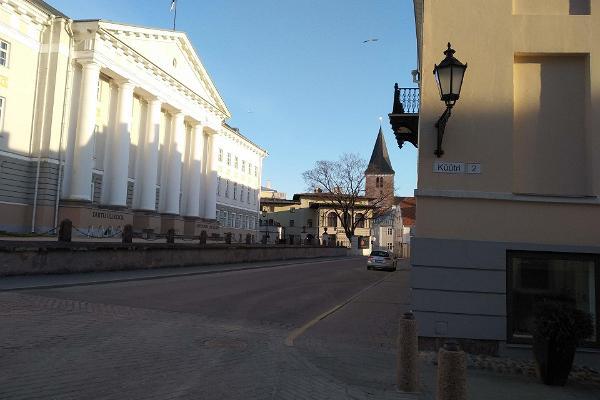 Tartu Universitets huvudbyggnad i ljuset av soluppgång