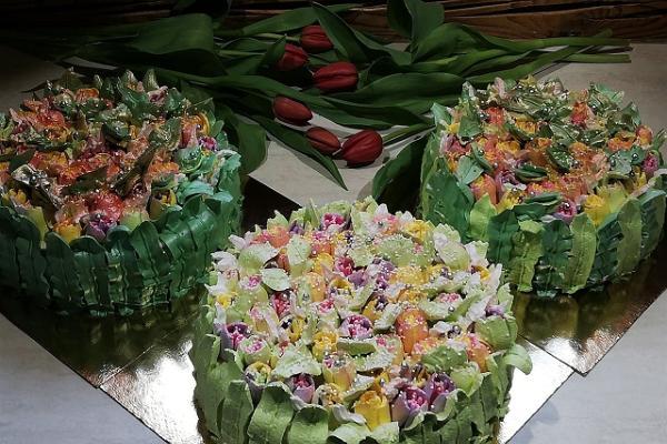 """""""Torditoimetus"""" zefīra torte ar tulpēm"""