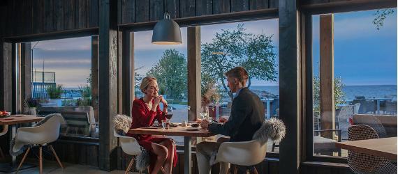 Mees ja naine mereäärses restoranis