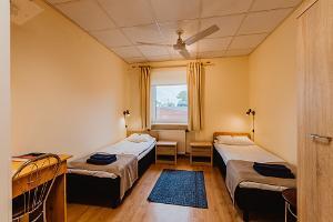 Doppelzimmer im Aleksandri-Hotel mit zwei getrennten Betten
