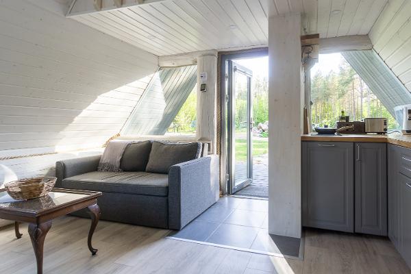 Öppet vardagsrum-kök med uppfällbar sängsoffa för två