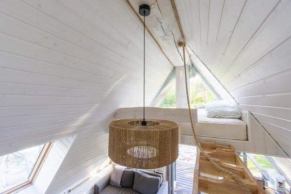 De ytterst bekväma sängplatserna ligger på taket, på båda sidor. På ena sidan finns 120cm bred madrass, på andra sidan 160cm.