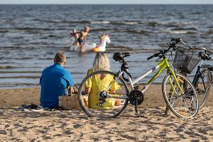Inimesed rannas, jalgratas