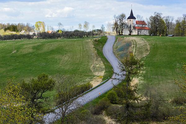 Urvaste kyrka och Uhtjärv