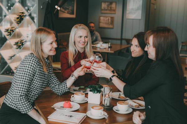 Café GMP Patisserie, Freundinnen verbringen angenehm die Zeit