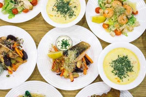Café Sparkla, Lachs, Garnelen, Caesar-Salat, Tofu, Hähnchen