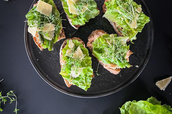 Savulohileipä tuoresalaatin, parsan ja parmesaanin kera