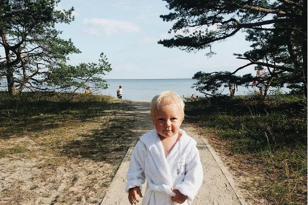 Laps hommikumantlis loodust nautimas