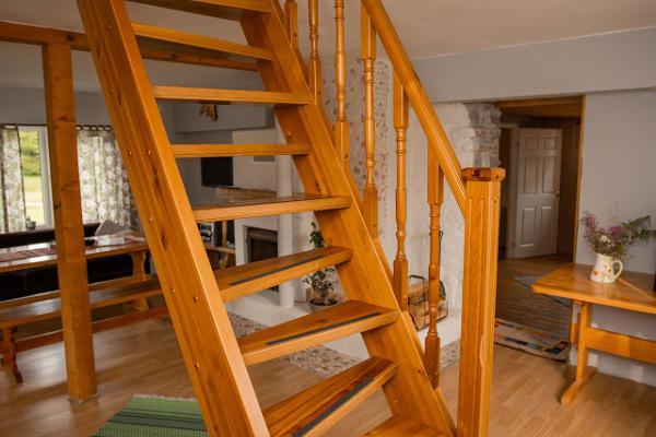 Hiiemäe Puhkemaja II korrusele viiv trepp
