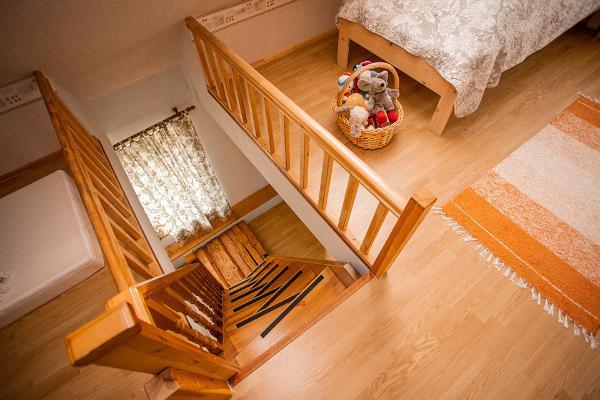 Hiiemäe Puhkemaja I korrusele viiv trepp