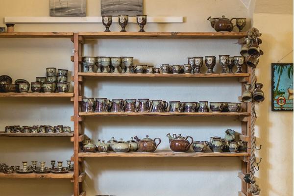 Keramikwerkstatt im Herrenhaus Alatskivi, breite Auswahl an Keramik