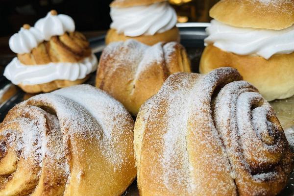 Веганские булочки с корицей и булочки со взбитыми сливками