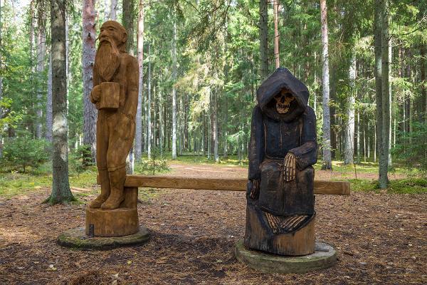 Väike Väerada (Lilla Kraftled) och skulptur på döden och gamla gubben