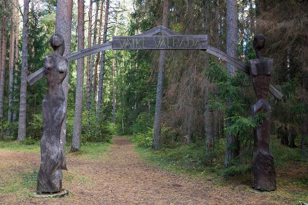 Väike Väerada (Lilla Kraftled) och grindar där leden slutar. Vidare kommer man till Tartu läns Hälsosportcentrum.