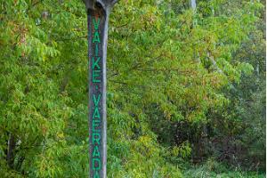 Väike Väeradan aloituspiste. Veistos Ilmapuu - ohjaa polulle.
