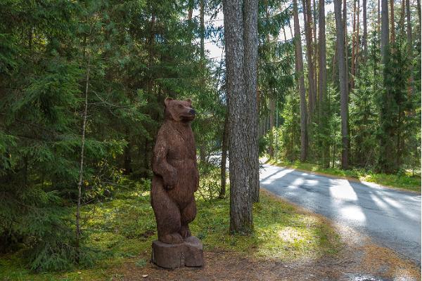 """Skulpturen Stora björnen vi vägen från Vaivaras folklore berättelse """"Björnen och gamla mannen"""""""