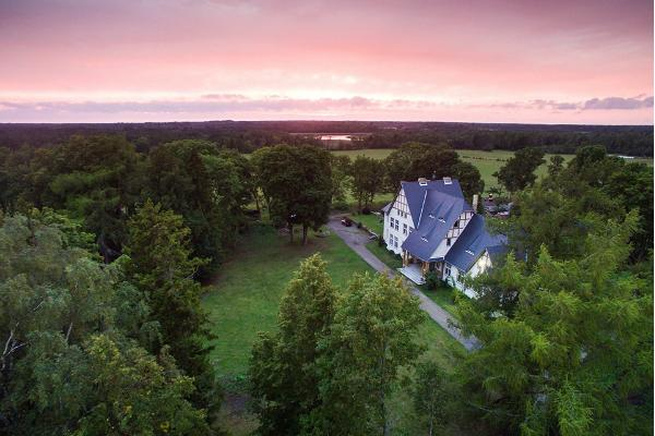 Illuste-holiday-manor-visit-estonia