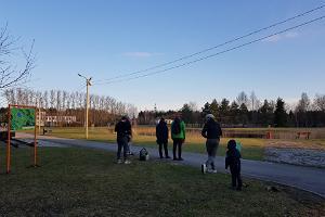 Kohtla-Nõmme disc-golfi rajal seltskond kettaid lennutamas