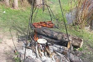 Ketta talu viikingipikniku toit lõkkel