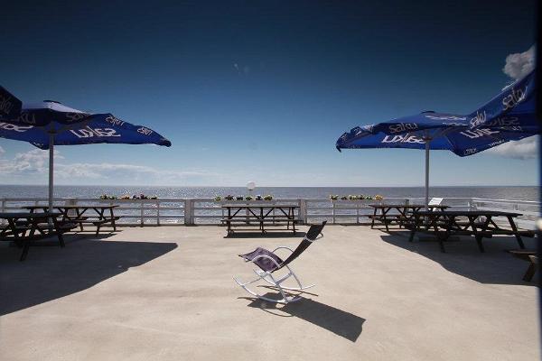 """Кафе """"Doberani Rannamaja"""" на пляже Валгеранна"""